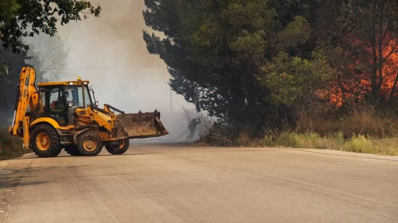 Συνεχίζεται η μάχη με τις φλόγες στη Δυτική Αχαΐα, απομακρύνεται ο κίνδυνος για τους οικισμούς