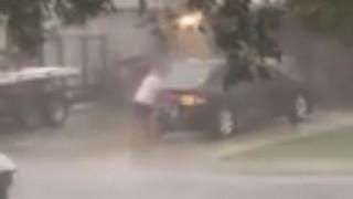 Η Ίρμα σαρώνει και αυτός πλένει το αυτοκίνητό του (vid)