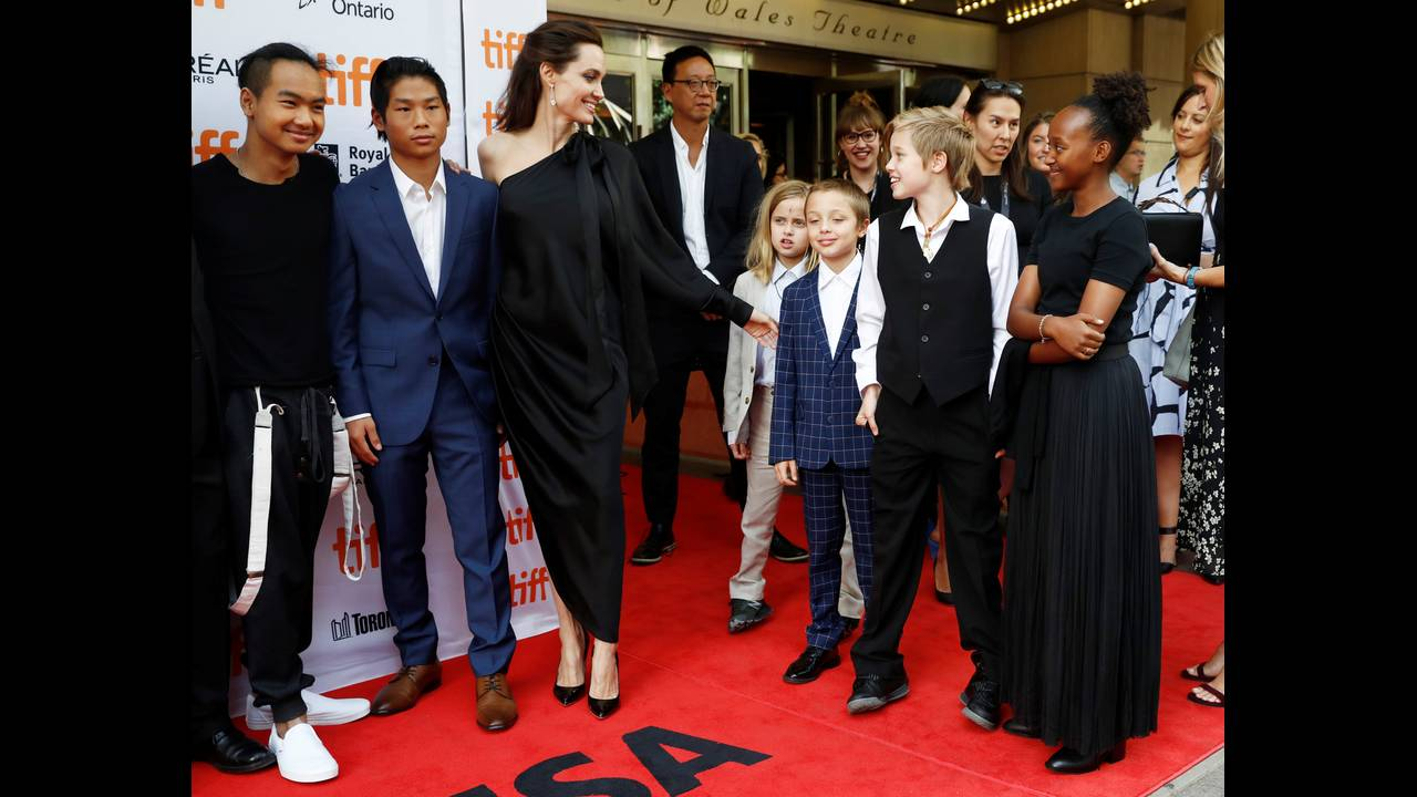 Η Aντζελίνα Τζολί στο κόκκινο χαλί της νέας σκηνοθετικής της δουλειάς με τα έξι παιδιά της.  Mάντοξ, Παξ, Βιβιέν, Νοξ Λεόν, Σιλό & Ζαχάρα στο TIFF