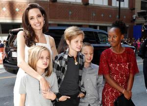 Ως συμπαραγωγός στην πρεμιέρα του The Breadwinner με τους απογόνους της. Η Τζολί ποζάρει με τη Βιβιέν, Σιλό, Νοξ και Ζαχάρα στο Τορόντο.