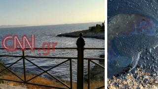 Μαύρισε η Πειραϊκή από την πετρελαιοκηλίδα - μάχη για να περιοριστεί η ρύπανση