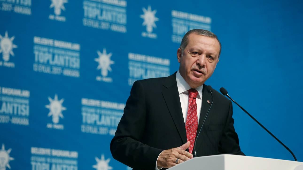 «Στη Δύση έχουν τρελαθεί»: Ο Ερντογάν υπεραμύνεται της συμφωνίας με τη Μόσχα για τους S-400