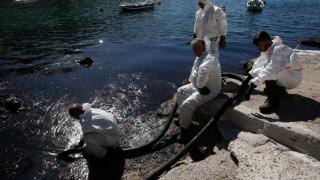 Υπ. Ναυτιλίας: Περίπου έναν μήνα θα διαρκέσει η επιχείρηση απορρύπανσης στον Σαρωνικό