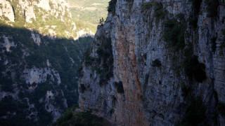 Πτώση άνδρα σε φαράγγι της Κρήτης - Γλίτωσε επειδή πιάστηκε από κλαδί