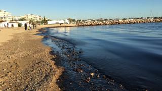 Μαύρη η θάλασσα μέχρι την Γλυφάδα - Εξαπλώνεται η ρύπανση (pics+vid)