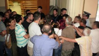 Σκηνές βίας στο Ειρηνοδικείο Λάρισας για τους πλειστηριασμούς (pics)