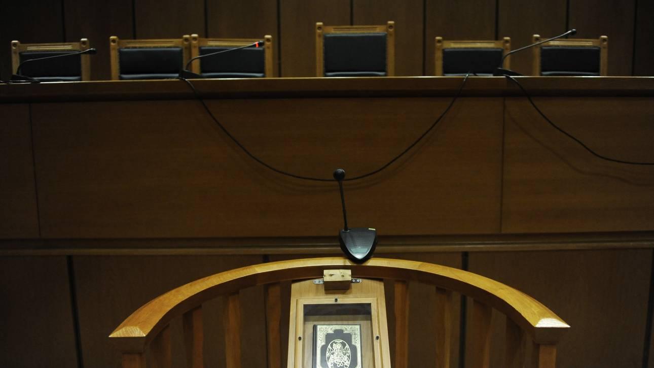 Στο δικαστήριο οδηγήθηκαν οι γονείς που εγκατέλειψαν τα δίδυμα μωρά τους