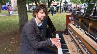 Έδειραν πιανίστα που ορκίστηκε να παίζει πιάνο μέχρι να γυρίσει η αγαπημένη του (Vid)