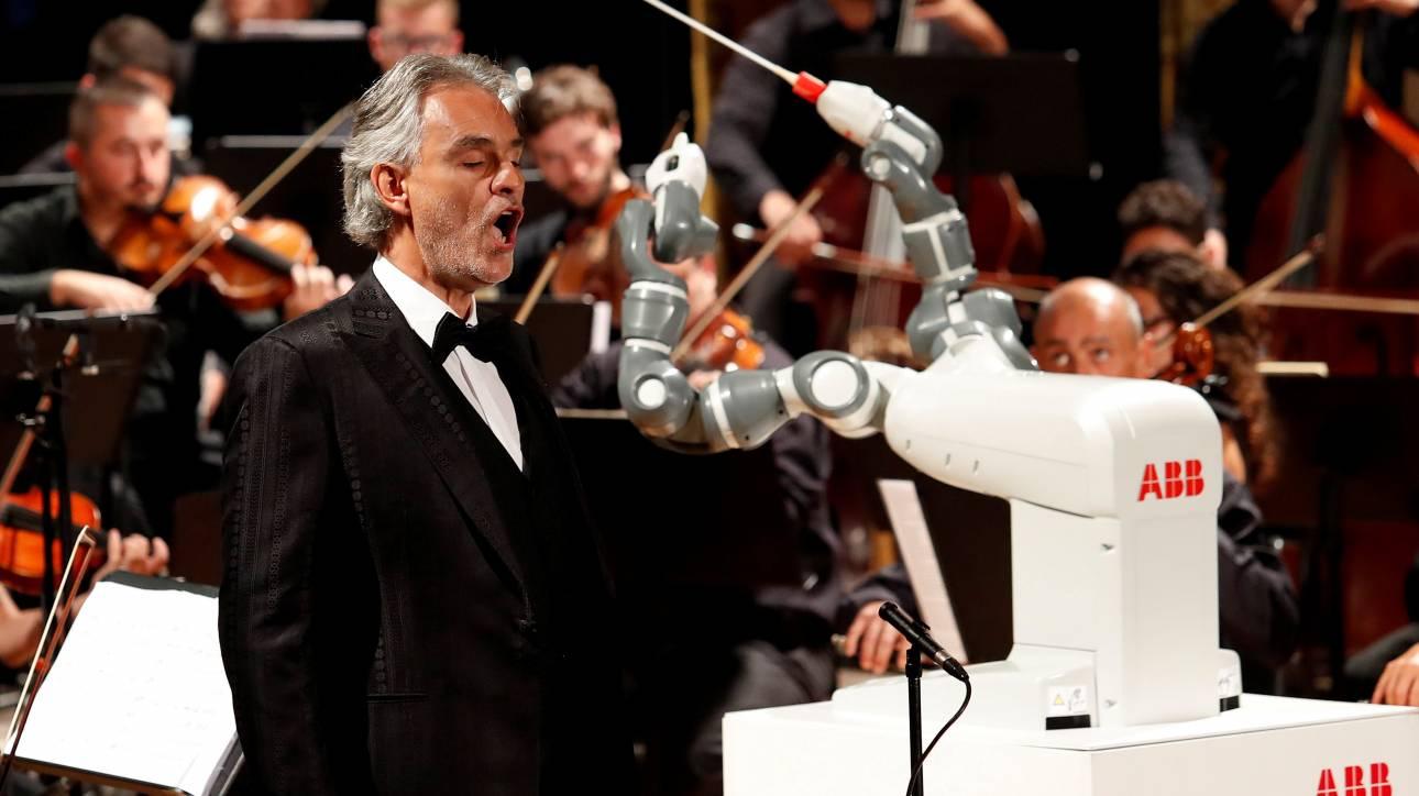 YuMi, το πρώτο ρομπότ-μαέστρος διηύθυνε τον Αντρέα Μποτσέλι σε όπερα του Βέρντι (pics&vid)