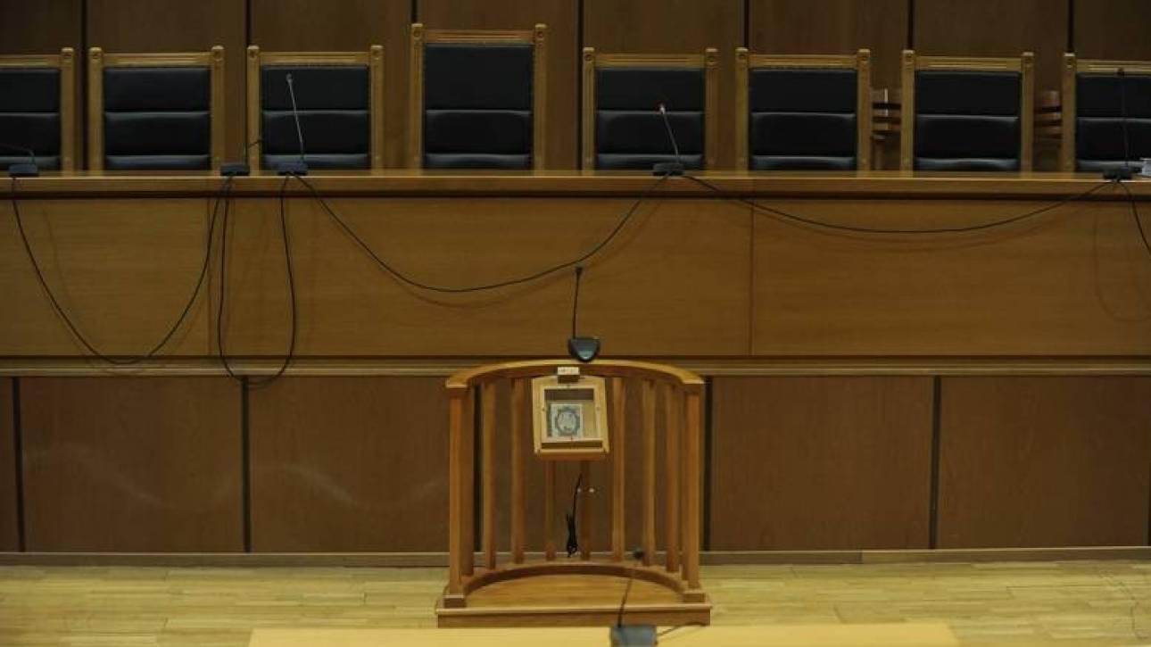 Ποινή φυλάκισης στον πατέρα που εγκατέλειψε μόνα τα δίδυμα μωρά στο Περιστέρι
