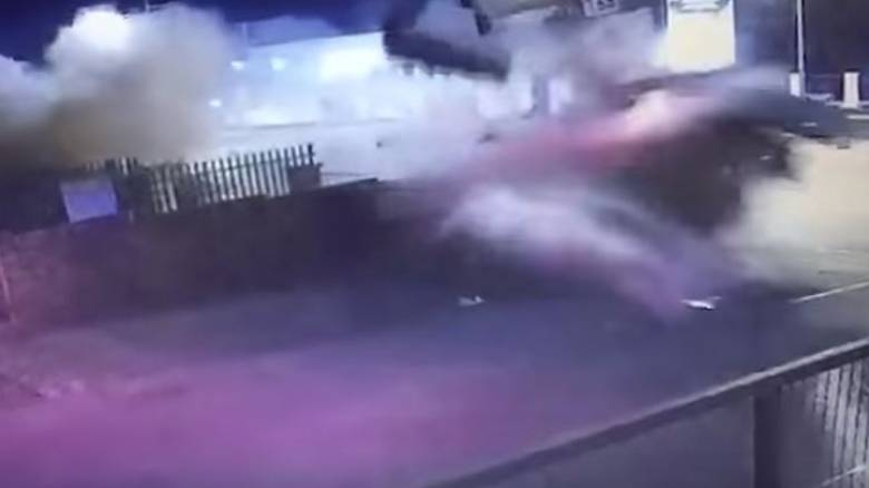Τρομακτικό ατύχημα: Αυτοκίνητο απογειώθηκε και καρφώθηκε πάνω σε διαφημιστική πινακίδα (vids)