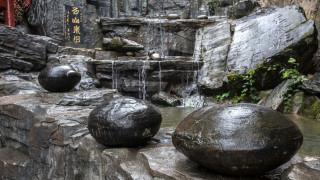 Βράχος βουνού στην Κίνα «γεννάει πέτρινα αυγά» (pics+vid)