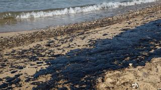 «Καμπανάκι» από το ΚΕΕΛΠΝΟ για την κολύμβηση στις παραλίες που μολύνθηκαν από την πετρελαιοκηλίδα