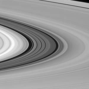 Μεταξύ άλλων, το Cassini ανακάλυψε τους θεαματικούς πίδακες που ξεπηδούν από τον δορυφόρο Εγκέλαδο και παραπέμπουν στην ύπαρξη ενός υπόγειου τεράστιου ωκεανού, με ενδείξεις ακόμη και μικροβιακής ζωής. Αποκάλυψε επίσης ότι στον παγωμένο δορυφόρο Τιτάνα βρέ