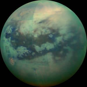Ήταν η πρώτη που έθεσε ένα σκάφος σε τροχιά στο σύστημα του Κρόνου και η πρώτη που έστειλε μια αυτόνομη διαστημοσυσκευή (Huygens) στον Τιτάνα το 2005. Σύνθεση φωτογραφιών από τις 13 Νοεμβρίου 2015 φέρνουν την επιφάνεια του Τιτάνα πιο κοντά.