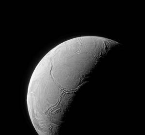 Ο Εγκέλαδος είναι ένας μεσαίου μεγέθους δορυφόρος με διάμετρο 504 χιλιομέτρων. Κάτω από ένα επιφανειακό στρώμα πάγου πάχους δύο έως 60 χιλιομέτρων, εκτιμάται ότι υπάρχει ένας τεράστιος παγκόσμιος ωκεανός. Από ρωγμές στην επιφάνεια του δορυφόρου ξεπηδάνε ε