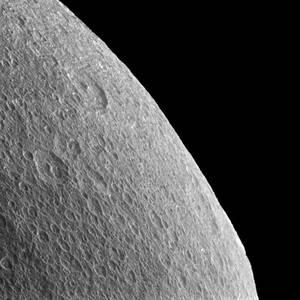 Ο δεύτερος μεγαλύτερος δορυφόρος του Κρόνου, Ρέα, είναι το πρώτο σώμα εκτός της Γης στο οποίο ανιχνεύεται ατμόσφαιρα με οξυγόνο, έστω κι αν το ζωoγόνο στοιχείο είναι 5 τρισεκατομμύρια φορές πιο αραιό από ό,τι στον πλανήτη μας. Το ασυνήθιστο αέριο πέπλο τη