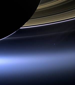 Τα δαχτυλίδια του Κρόνου και η δική μας Γη σε μια ιστορική λήψη του Cassini από τις 19 Ιουλίου του 2013.
