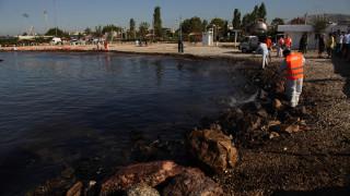 Μηνυτήρια αναφορά για την ρύπανση από το ναυάγιο κατέθεσαν οι δήμαρχοι Γλυφάδας και Αλίμου