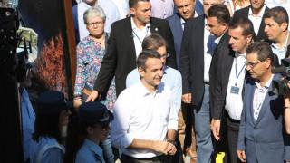 Η βόλτα του Μητσοτάκη στα περίπτερα της ΔΕΘ και η ευχή του για τον ΠΑΟΚ