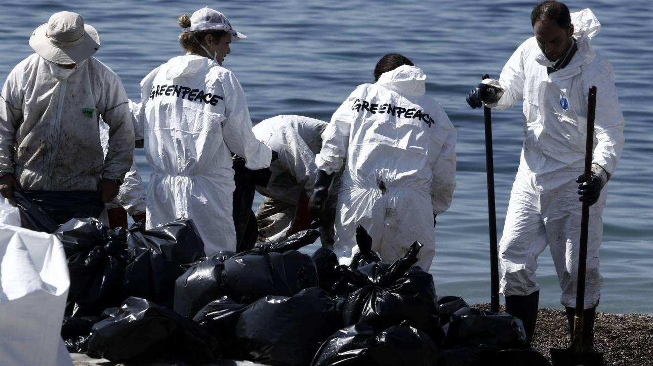 Συνεχίζεται η μάχη με την ρύπανση στον Σαρωνικό - Τεράστιες συνέπειες από την καταστροφή