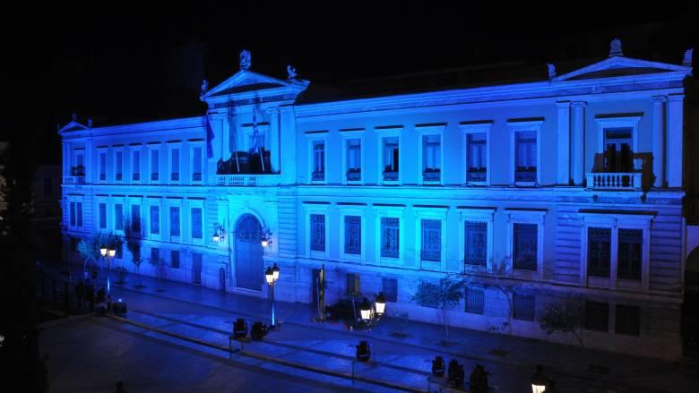 Με το μπλε χρώμα της Δημοκρατίας φωτίστηκε το Κεντρικό Κατάστημα της Εθνικής Τράπεζας