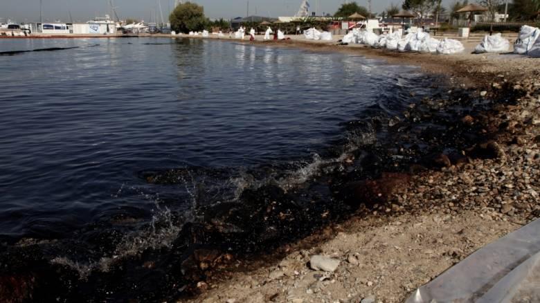 Συγκλονιστικό βίντεο από τον δήμαρχο Γλυφάδας: Γεμάτος μαζούτ ο βυθός της θάλασσας (vid)