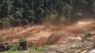 Εργάτες προσπαθούν να ξεφύγουν από τα ορμητικά νερά φράγματος που έσπασε (vid)