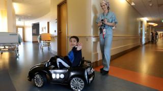Μικροί ασθενείς πάνε στο χειρουργείο με… τηλεκατευθυνόμενα αυτοκίνητα (pics)