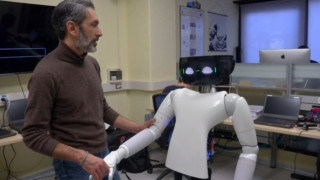 Ρομπότ βοηθά τον άνθρωπο να προετοιμάσει τη διαθήκη και τη κηδεία του