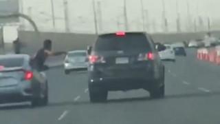 Ήθελε να γρονθοκοπήσει έναν οδηγό και σωριάστηκε στην άσφαλτο (Vid)