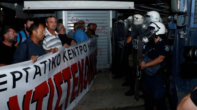 Ένταση μεταξύ διαδηλωτών και ΜΑΤ πριν από την ομιλία Τσίπρα στην Κρήτη (pics)