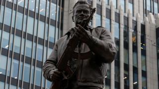 Το άγαλμα του Καλάσνικοφ στο κέντρο της Μόσχας κρατούσε λάθος... όπλο