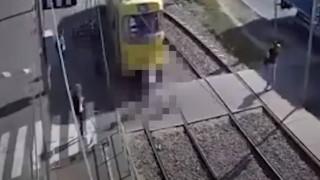 Τραμ παρασύρει και ακρωτηριάζει γυναίκα που μιλούσε στο κινητό (Vid)