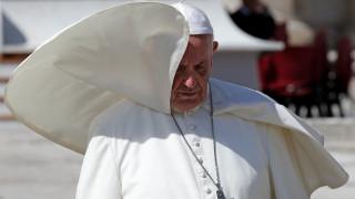 Κληρικοί και καθηγητές κατηγορούν τον πάπα Φραγκίσκο για αίρεση
