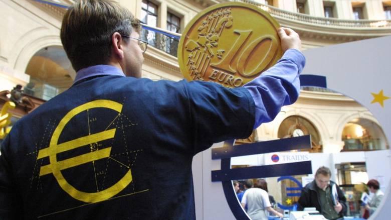 Μικρή πτώση για το ευρώ στις συναλλαγές της Δευτέρας