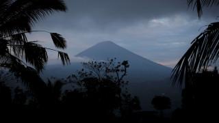 «Βρυχάται» το ηφαίστειο Αγκούνγκ στο Μπαλί: Φόβοι για άμεση έκρηξη (pics)