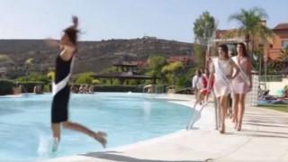 Υποψήφια Μις Ισπανία έκανε πασαρέλα και κατέληξε στην πισίνα (vid)
