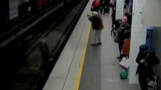 Σοκάρουν τα πλάνα με άνδρα να λιποθυμά και να πέφτει στις γραμμές του τρένου (Vid)