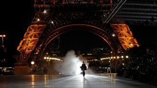 Saint Laurent: Υπερπαραγωγή μόδας κάτω από τον Άιφελ