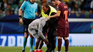 Θαυμαστής του Μέσι εισέβαλε στο γήπεδο... έσκυψε και του φίλησε το πόδι (vid)