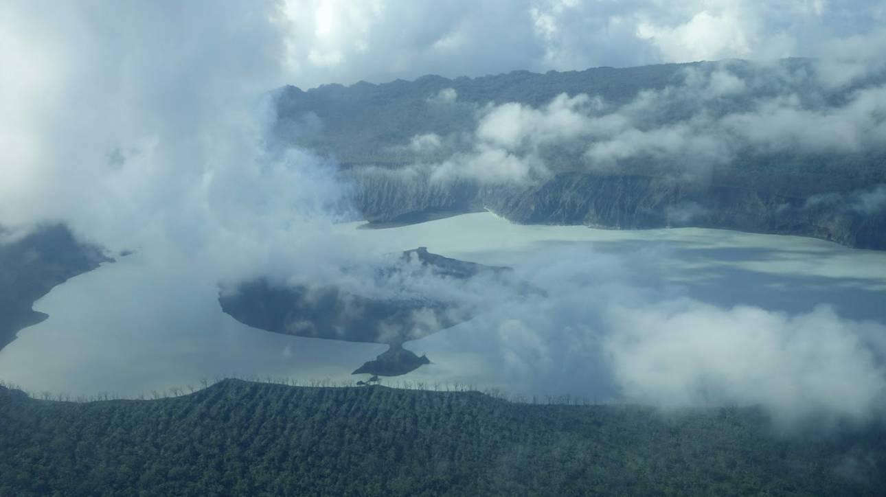 Συναγερμός στον Ειρηνικό: Εκκενώνουν ολόκληρο νησί μετά από έκρηξη ηφαιστείου (Pics)