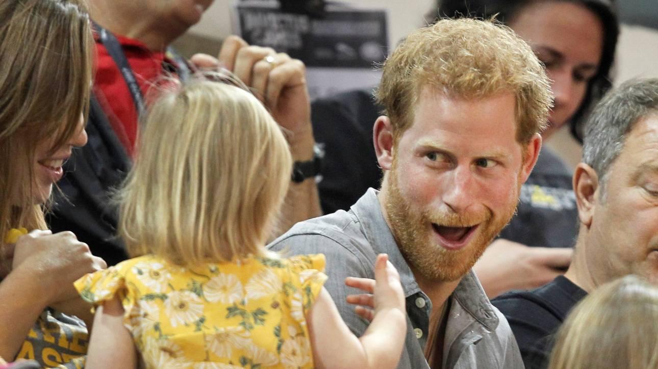 Ο πρίγκιπας Χάρι έπεσε θύμα... κλοπής από μία αξιαγάπητη 2χρονη (pics&vid)