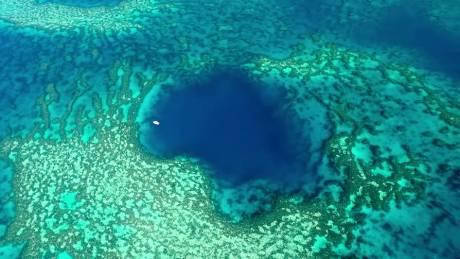 Υπάρχει παράδεισος: Ανακάλυψαν «μπλε τρύπα», αλλά δεν θέλουν να ξέρουμε τις συντεταγμένες της (Vid)