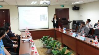 Η Μπέττυ Μπαζιάνα δίνει διάλεξη σε πανεπιστήμιο στο Πεκίνο