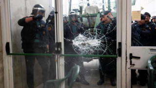 Καταλονία: Επεισόδια έξω από εκλογικό κέντρο της Βαρκελώνης