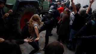 Η «μάχη» της Καταλονίας: Ξύλο και πλαστικές σφαίρες έξω από τα εκλογικά κέντρα