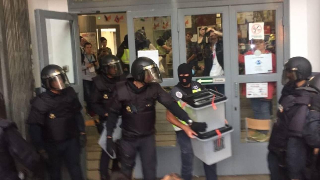 Αστυνομικοί αρπάζουν τις κάλπες από εκλογικά κέντρα στην Καταλονία (vid)