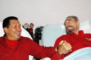 31 Ιουλίου 2006: Ύστερα από επείγουσα χειρουργική επέμβαση, ο Φιντέλ Κάστρο μεταβιβάζει την εξουσία στον αδελφό του, Ραούλ. Στην φωτογραφία εικονίζεται η επίσκεψη του προέδρου της Βενεζουέλας, Ούγκο Τσάβες, στον Φιντέλ Κάστρο.