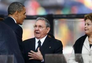 10 Δεκεμβρίου 2013: Ο πρόεδρος των ΗΠΑ, Μπαράκ Ομπάμα έχει μία σύντομη συνομιλία με τον Ραούλ Κάστρο κατά την διάρκεια τελετής στη μνήμη του Νέλσον Μαντέλα.